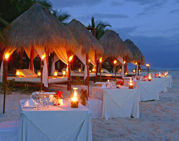 candlelit_beach_dinner_-resized-600