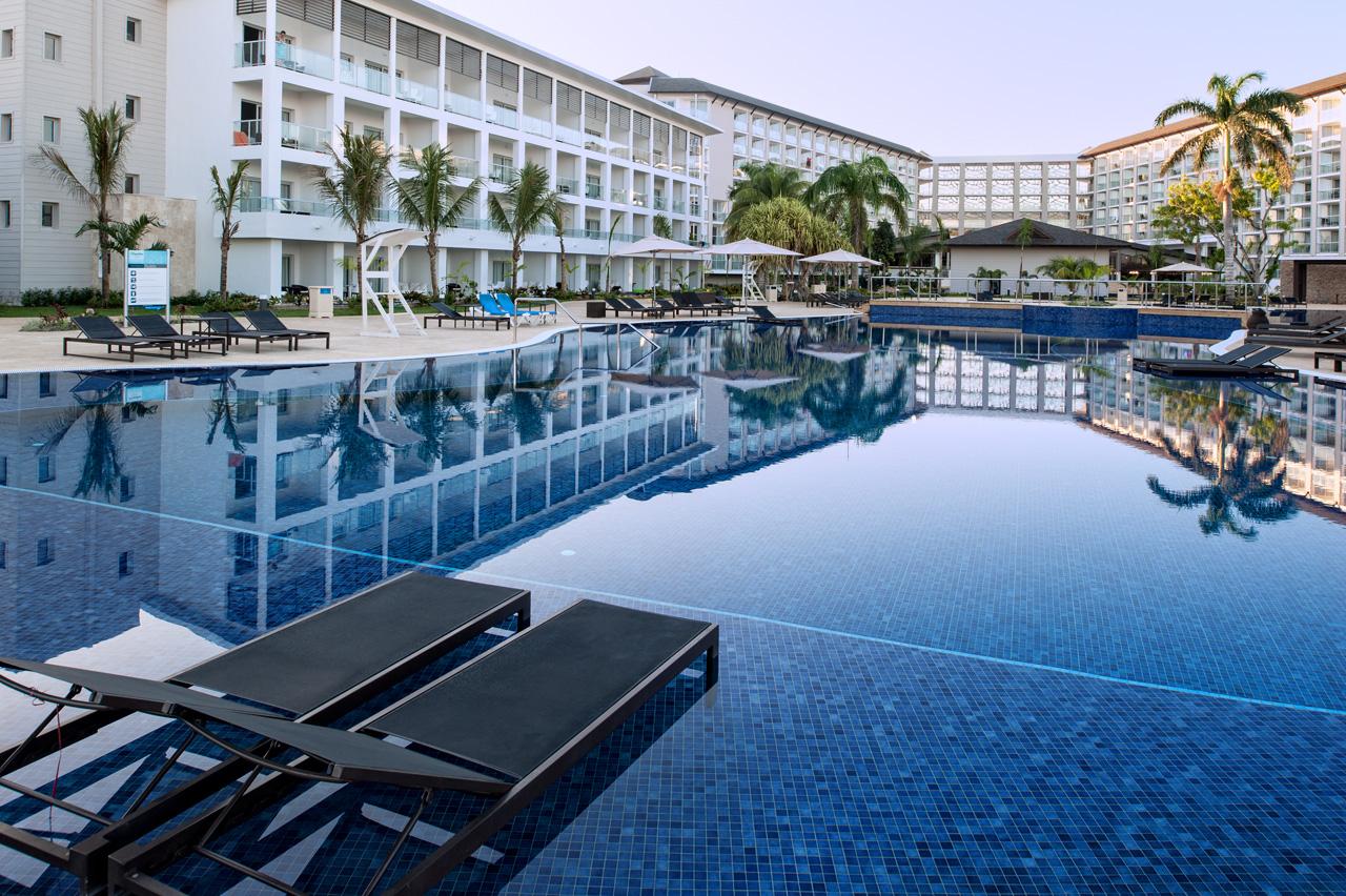 Breezes Bahamas - Nassau - Bahamas Hotels - Apple Vacations Royal white sands montego bay pictures